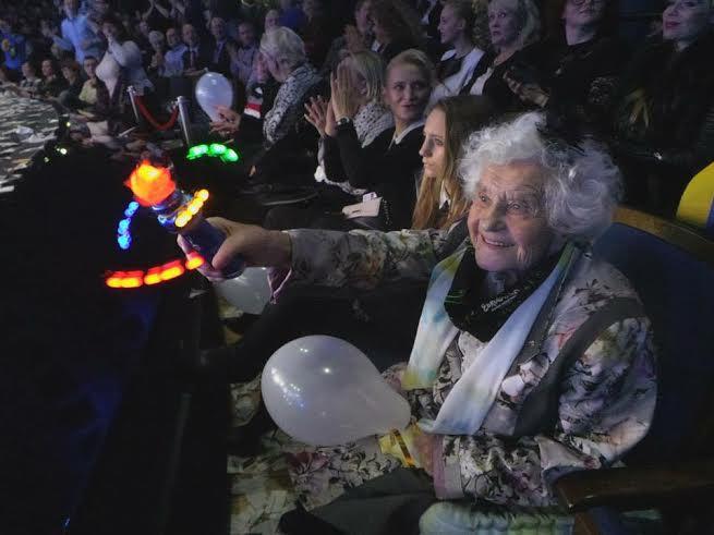 Верка Сердючка упала на колени перед 105-летней поклонницей
